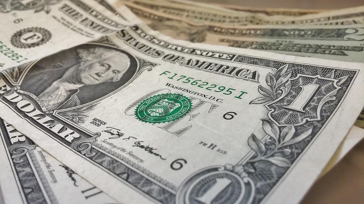 Dólar fuerte; peso retrocede sus anteriores ganancias